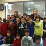 Els alumnes del col·legi Sant Genís regalen les grues de paper als usuaris de la Residència Vilademany