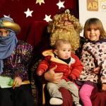 Dos patges reials recullen les cartes dels nens i nenes de Taradell