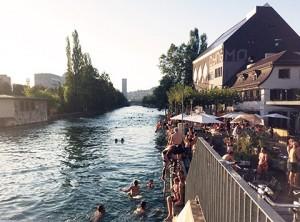 Ambient al costat del Limmat, el riu de Zürich, a l'estiu
