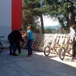 El Col·legi Sant Genís i Santa Agnès inaugura una zona per aparcar bicicletes i patinets