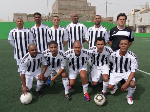 En Dani amb l'equip campió de la copa de veterans de l'illa de Sao Vicente.