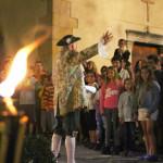 """La caminada teatralitzada """"A la foscor d'en Toca-sons"""" diu adéu amb focs artificials"""