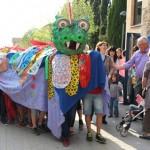 El drac apareix a la festa de Sant Jordi al carrer de Taradell