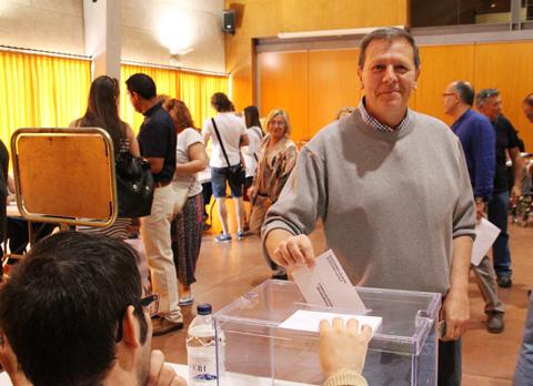 jacint-casadevall-votant-eleccions-municipals-2015