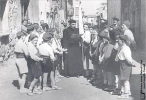 Careamelles (anys 50) amb mossèn Vilamala