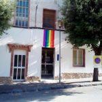 Es penja la bandera arc iris LGTBI per primer cop en un edifici municipal de Taradell