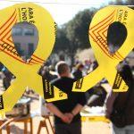 La Plaça de les Eres queda encerclada plena de llaços grocs solidaris