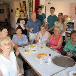 Els joves del Puntal ensenyen a la gent gran del casal de jubilats a utilitzar el mòbil