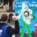 Els Botiguers de Taradell recullen 1.000 euros per la Marató de TV3 tirant pastissets a la cara de voluntaris