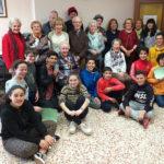16 persones grans i 11 joves protagonistes del taller de mòbils i tauletes de Taradell