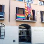 L'Ajuntament de Taradell penja per primer cop la bandera arc iris al balcó principal
