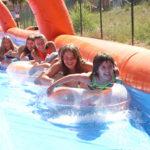 El tobogan gegant i els inflables d'aigua triomfen entre els més petits