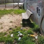Propietaris de gossos que fan ús del pipican de la zona de l'Institut de Taradell denuncien la brutícia i el vandalisme en aquest espai