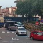 Un camió de grans dimensions s'equivoca i queda encallat a la Plaça de les Eres
