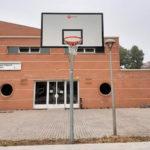 L'Ajuntament de Taradell instal·la dues cistelles de bàsquet a l'antiga pista d'skate