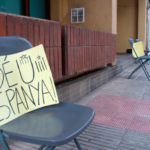 Cadires amb missatge reivindicatiu als carrers de Taradell durant la Diada Nacional de Catalunya