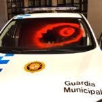 Acte vandàlic amb pintades contra el vehicle dels agents municipals