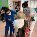 Usuaris i professionals de la Residència Vilademany es vacunen contra la Covid-19