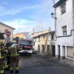 Un incendi crema una casa del carrer de Vic de Taradell