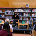 Lídia Munmany presenta a la Biblioteca el seu conte infantil 'La gallina cluck cluck'