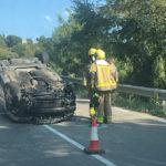 Un turisme queda totalment cap per avall en un accident a la carretera de Taradell a Mont-rodon